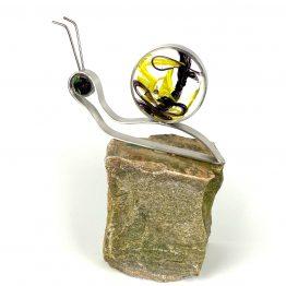 Schnecke auf Stein Schwarz, Gelb, Kristall
