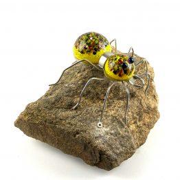 Spinne auf Stein Gelb mit bunten Kröseln