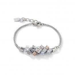 Armband in Edelstahl mit Würfeln aneinander drapiert in verschiedenen Größen und metallischen Farben