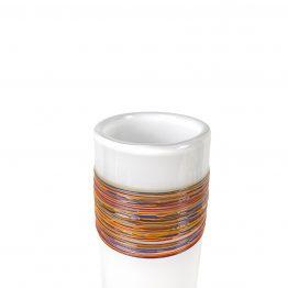 Fäden auf weißer Vase